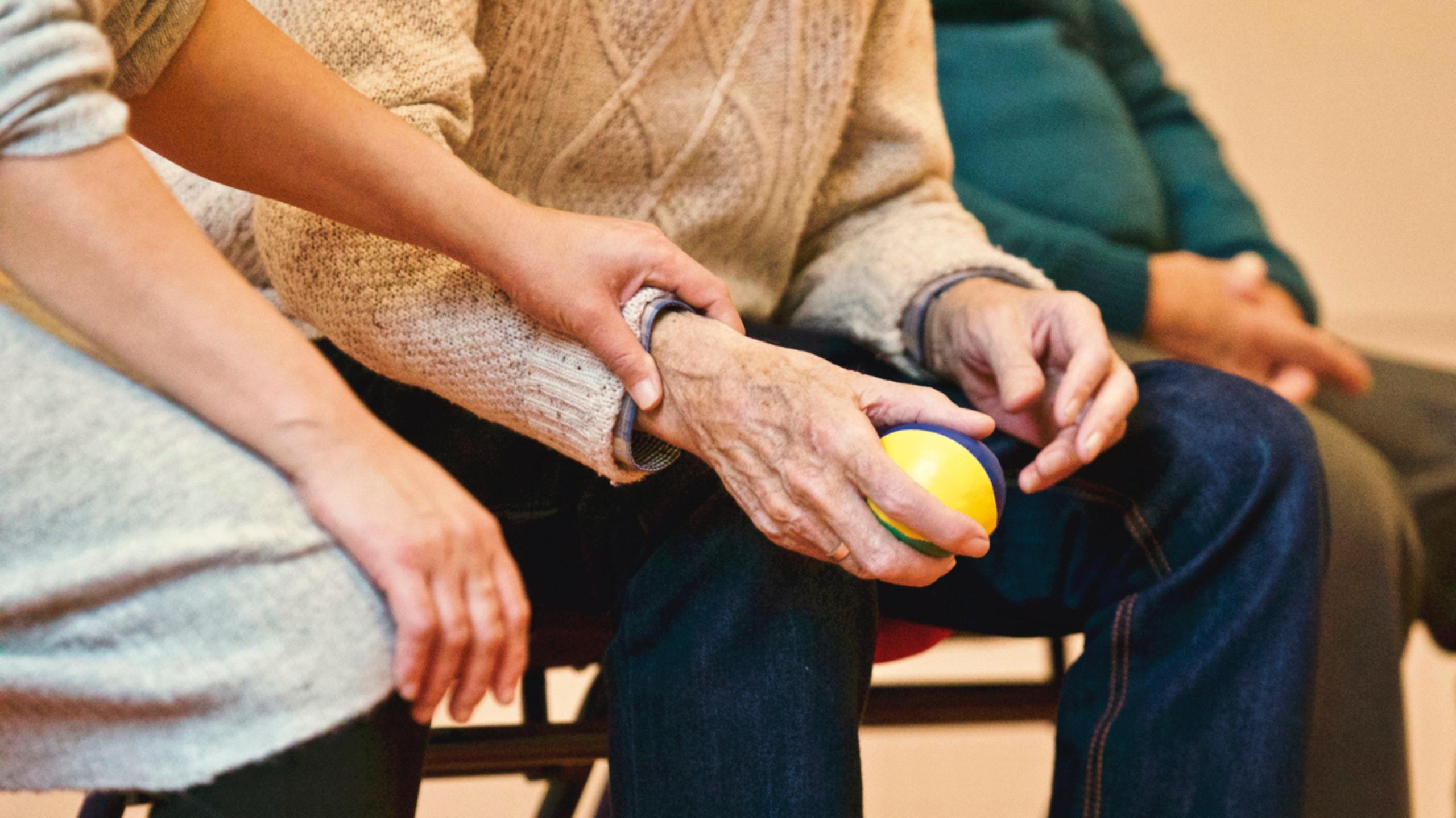 Activité manuelle personne Alzheimer